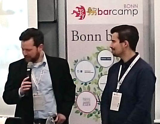 die Moderatoren des BarCamps Bonn Johannes Mirus und Sascha Foerster mit umhängtem Veranstaltungspass